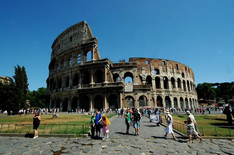 Mùa hè là mùa rất nắng nóng ở Rome và khách du lịch kéo về đây hạn chế hơn các dịp khác trong năm.  Xem thêm tại: http://www.lamsao.com/top-nhung-tour-du-lich-the-gioi-co-gia-tren-troi-p214a92199.html
