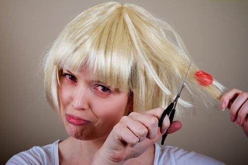 Mẹo hay gỡ kẹo cao su dính vào tóc