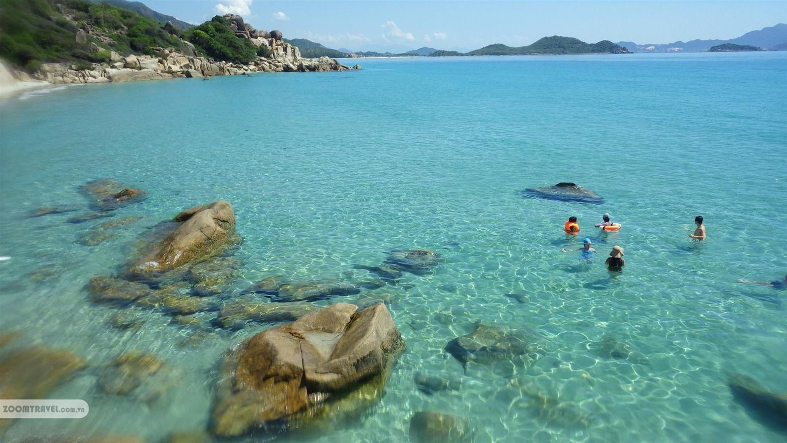 Nước biển xanh trong ngăn ngắt tại Bình Hưng.