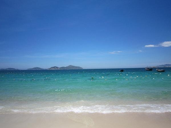 Nước trong xanh tại bãi Bình Châu.
