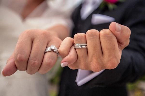 Ý nghĩa của nhẫn cưới và ngón tay đeo nhẫn cưới