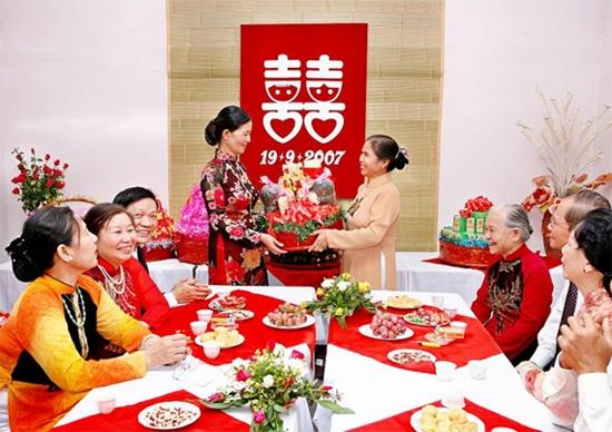 Lễ ăn hỏi là dịp thông báo chính thức về việc cưới hỏi của hai bên gia đình.