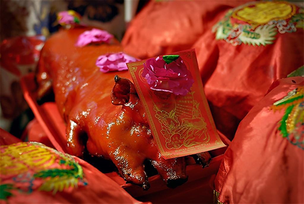 Tráp lợn quay cũng thể hiện sự sung túc trong lễ ăn hỏi.