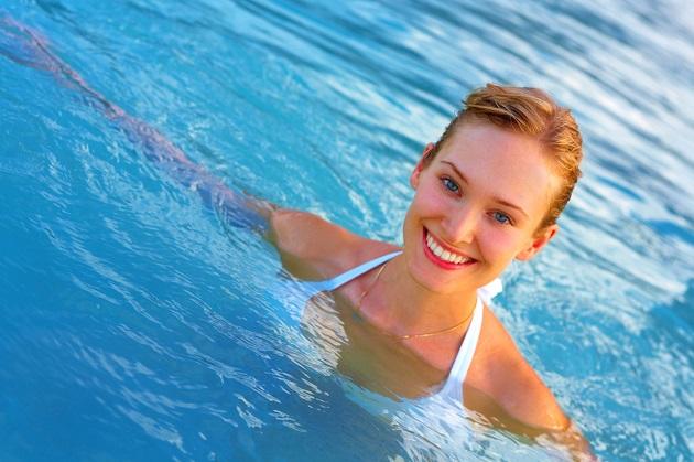 Đi bơi hoặc tắm gội rất dễ khiến nước vào lỗ tai.