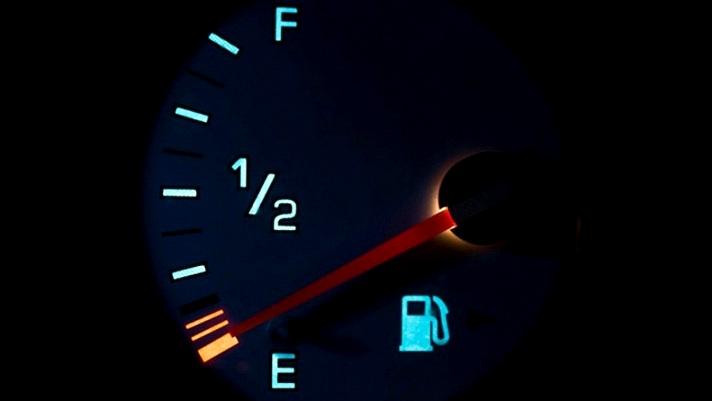 Vì sao không nên lái xe khi sắp hết xăng?