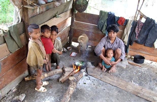 Tháng 10: Việt Nam còn 12.300 người thiếu đói, 80.000 người chết vì AIDS