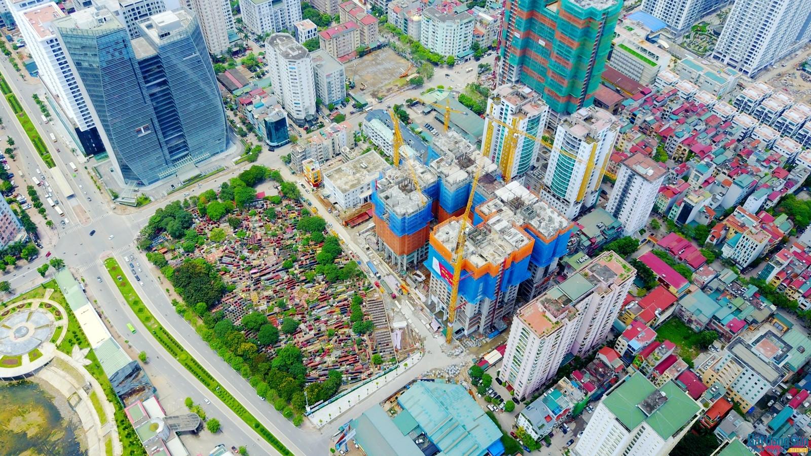 """""""Ôm"""" nghĩa trang, dự án Việt Đức Complex xuống giá đợi khách?"""