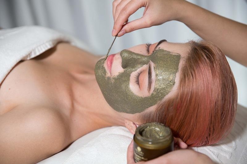 Mặt nạ Cleopatra chứa vàng tinh khiết 24k, bùn khoáng Biển Chết phục hồi sức sống cho làn da.