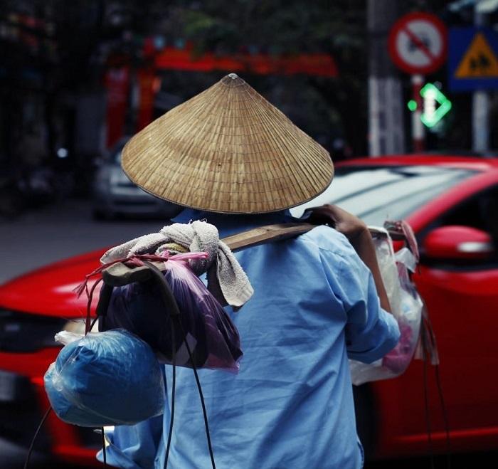 Những gánh hàng rong đã trở thành một nét đẹp rất riêng của Hà Nội mà bạn có thể bắt gặp bất cứ ở con phố, ngõ hẻm nào. (Ảnh: Hiếu Quang)