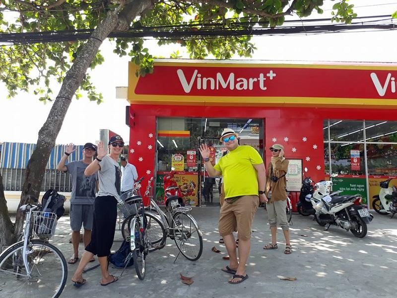 Nhiều khách nước ngoài cũng tin tưởng lựa chọn VinMart+ là điểm đến mua sắm tiêu dùng hàng ngày.