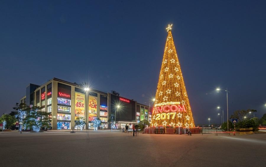 Cây thông khổng lồ được trang trí công phu và tỉ mỉ bởi những dây đèn LED lấp lánh, những hộp quà xinh xắn và hàng trăm quả châu rực rỡ sắc đỏ.