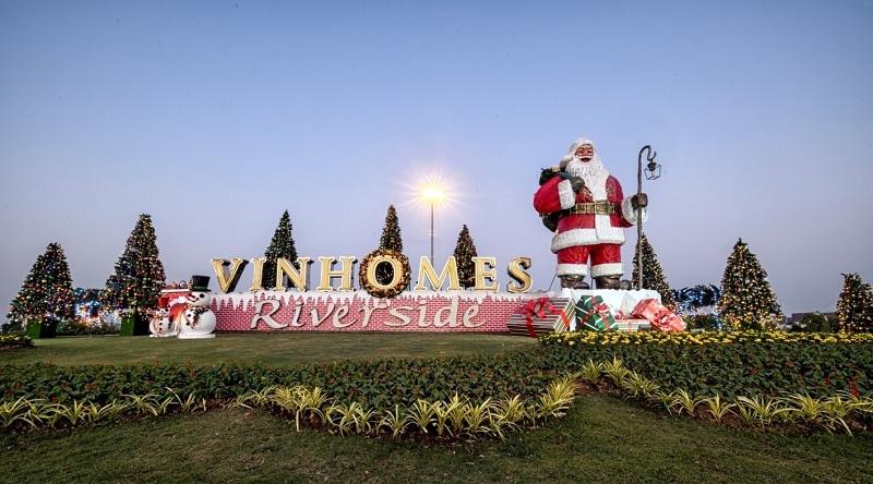 Ông già Noel khổng lồ cao tới 7m nở nụ cười rạng rỡ chào đón các cư dân trở về với xứ sở thanh bình.
