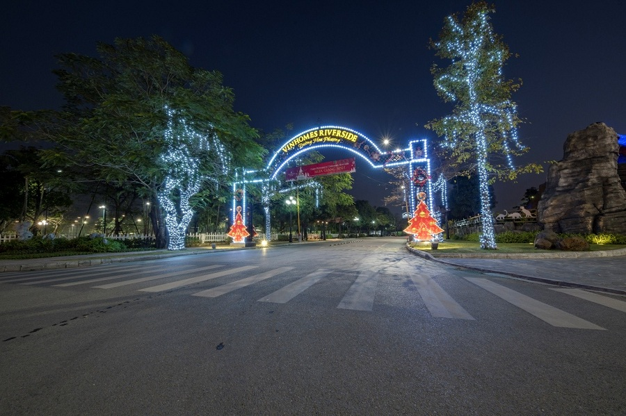Mọi nẻo đường dẫn vào khu đô thị đều ngập tràn không khí Giáng Sinh.