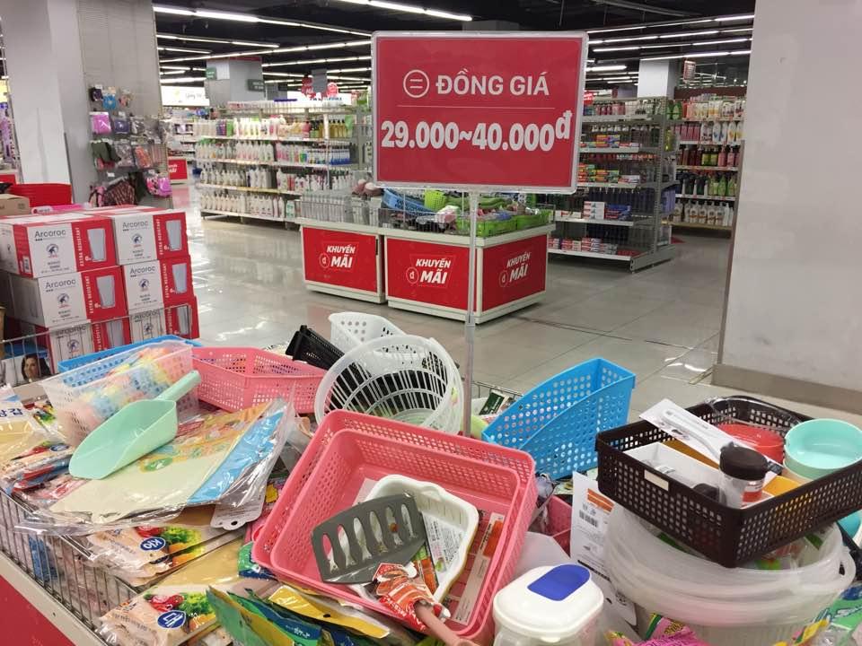 Một gian hàng đồng giá tại Lotte Mart.