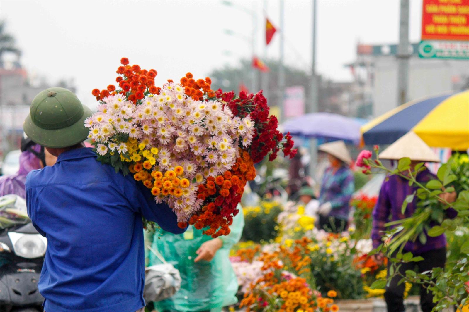 Hà Nội: Chiều 30 Tết, người dân vẫn nườm nợp mua bán hoa