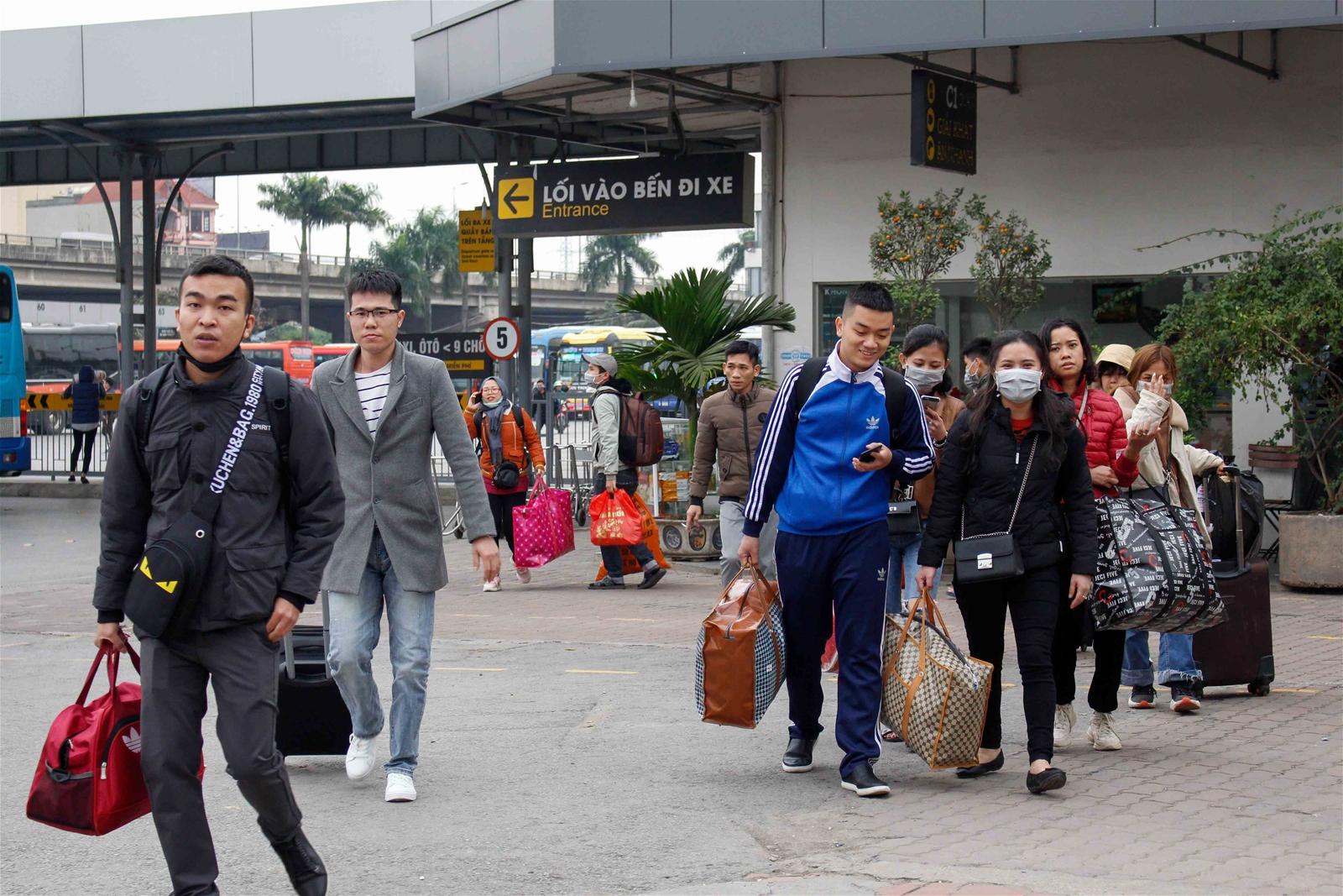 Sau nghỉ Tết, người dân tay xách nách mang trở về Thủ đô