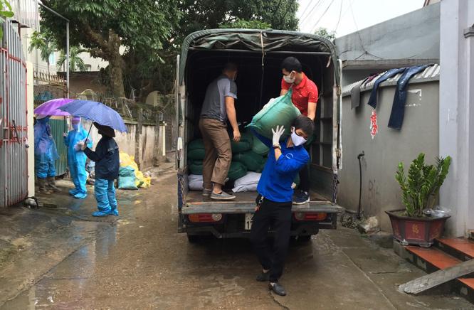 Hỗ trợ nhu yếu phẩm cho gần 3.000 hộ dân thôn Hạ Lôi (Mê Linh)