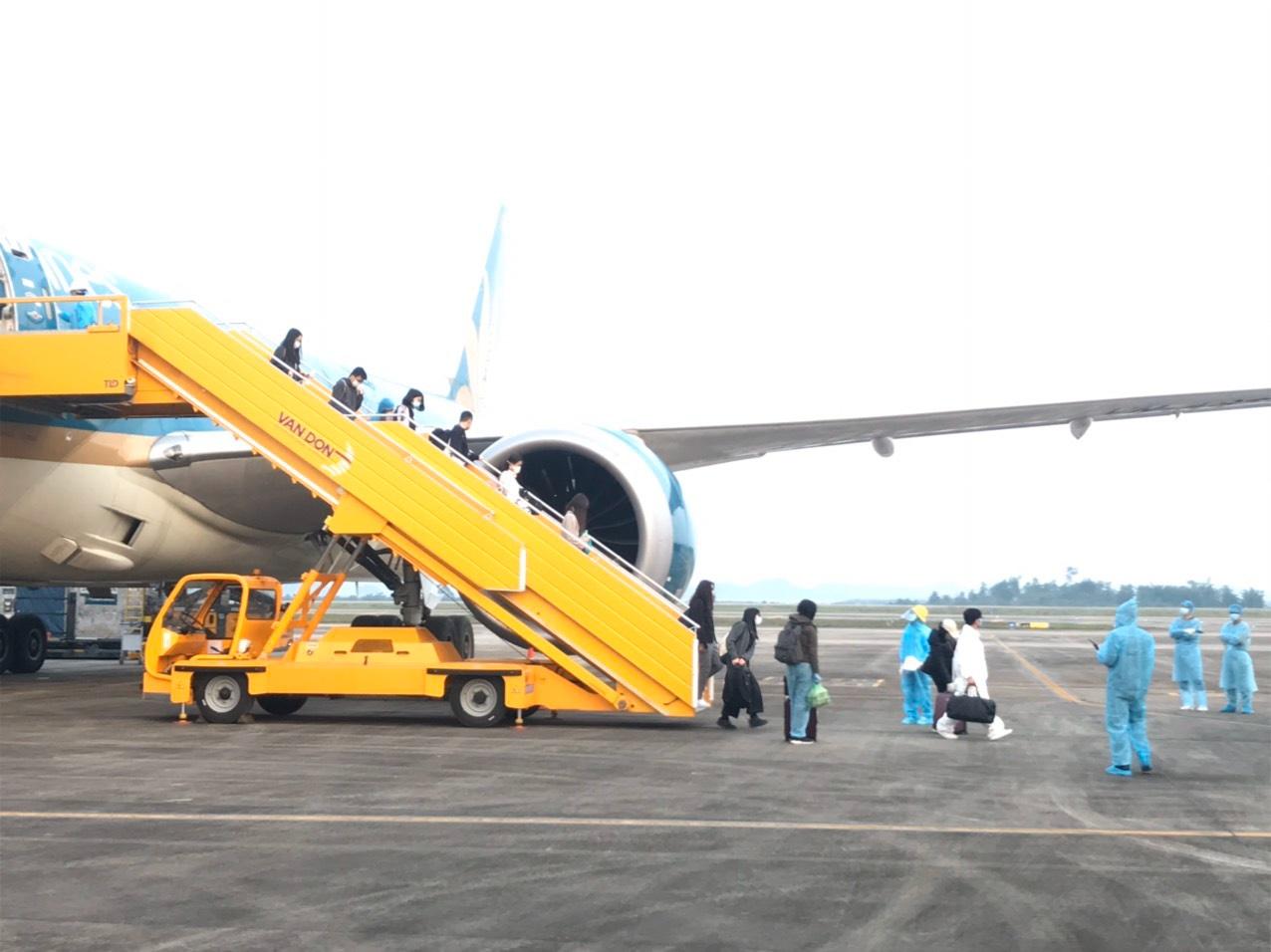 Sân bay Vân Đồn đón 93 người Việt Nam về từ Anh theo quy trình khép kín