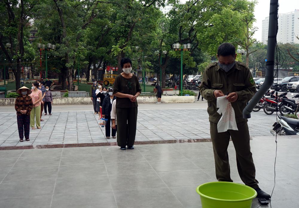 """Cận cảnh """"cây ATM"""" đầu tiên cho người nghèo """"rút"""" gạo miễn phí ở Hà Nội"""