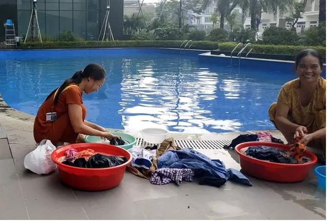 Cư dân mang quần áo giặt giũ, múc nước bể bơi để dùng trong