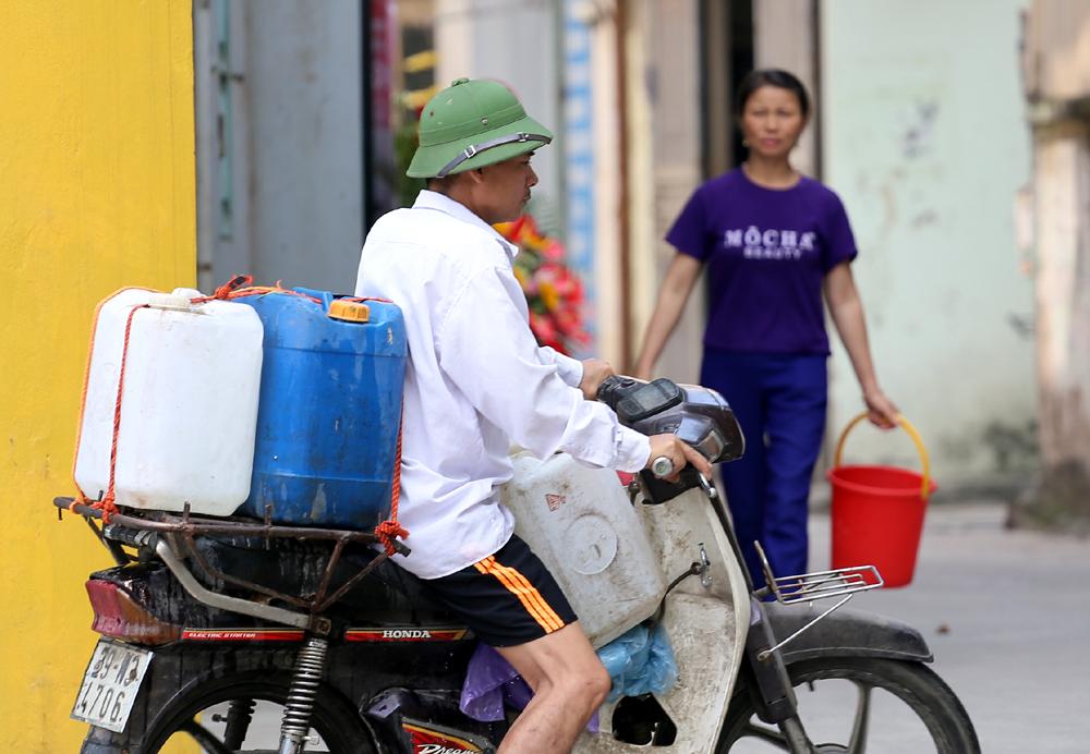 Người Hà Nội lỉnh kỉnh can, thùng đợi xách nước sạch miễn phí