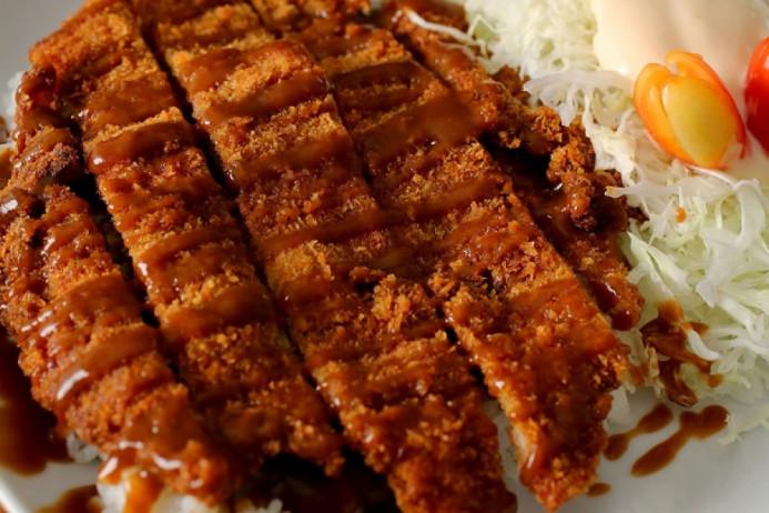 Học đầu bếp chuyên nghiệp cách chiên thịt heo cốt lết kiểu Hàn