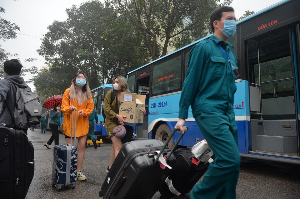 Hà Nội: Hơn 100 xe buýt đưa người hết hạn cách ly về quê