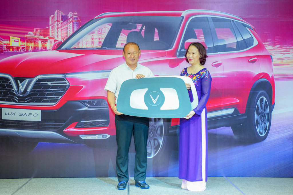 VinFast tặng xe Lux SA2.0 cho HLV Park Hang-seo