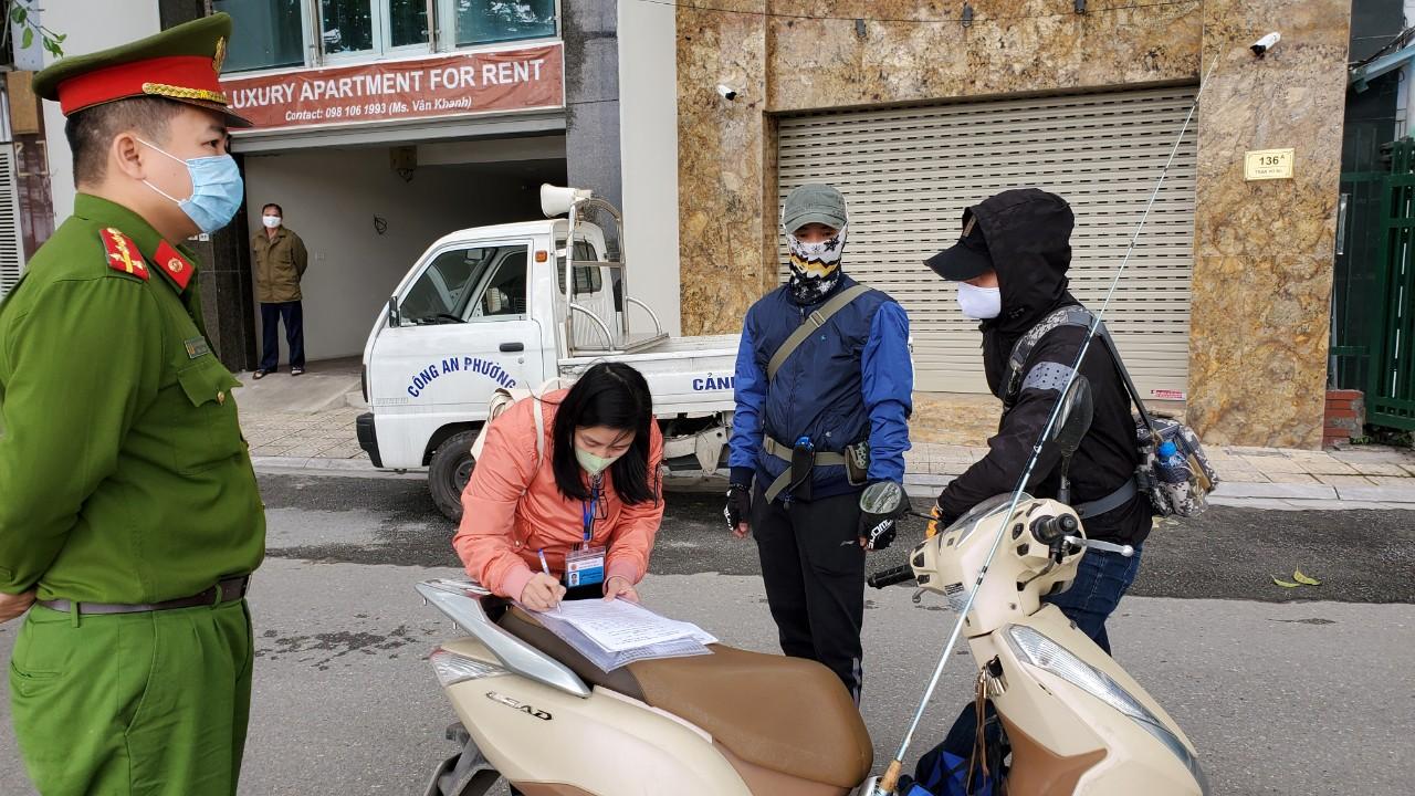 Hà Nội xử phạt 3 trường hợp đầu tiên ra đường không thuộc diện được phép