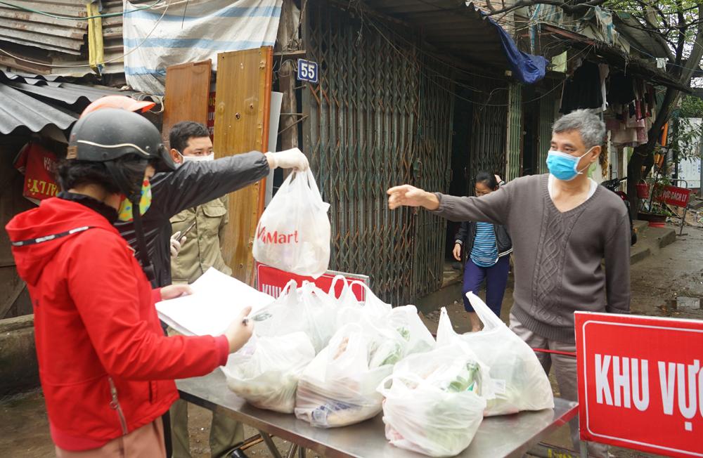 Phát thực phẩm miễn phí cho người dân ngõ 165 Cầu Giấy trong diện cách ly