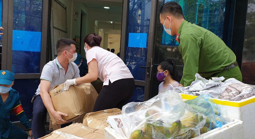 Tiếp tục hỗ trợ thực phẩm cho khu vực cách ly y tế phường Trúc Bạch