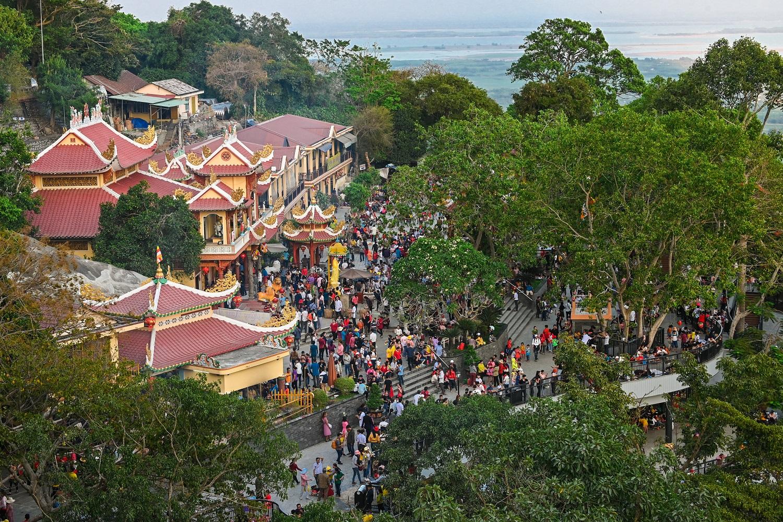 Hơn 500 ngàn lượt khách hành hương về Núi Bà Đen dịp Tết Canh Tý 2020