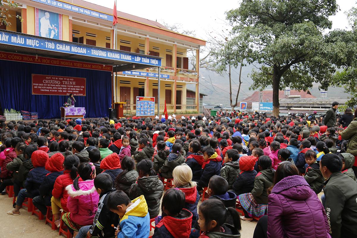 Từ Bi Tâm trao tiền xây Trường Khao Mang tại Yên Bái
