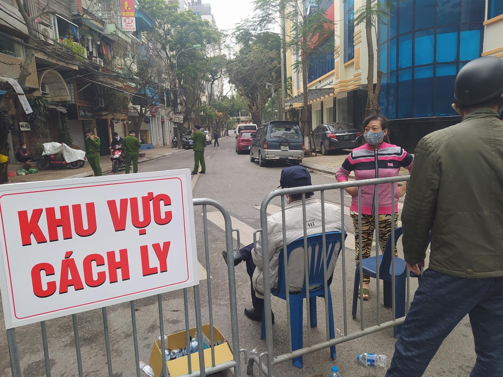 Người dân phố Trúc Bạch nhận tiếp tế đồ ăn trong ngày đầu bị cách ly