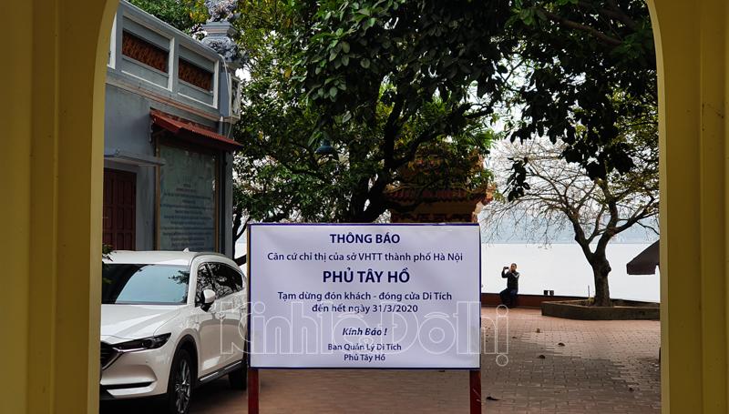 Hà Nội: Các di tích đóng cửa, khách Tây ngỡ ngàng chụp ảnh ngắm cảnh từ xa