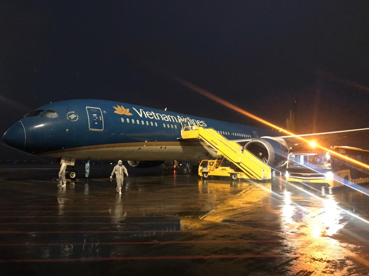 Nhiều chuyến bay chở người Việt từ châu Âu hạ cánh xuống sân bay Vân Đồn