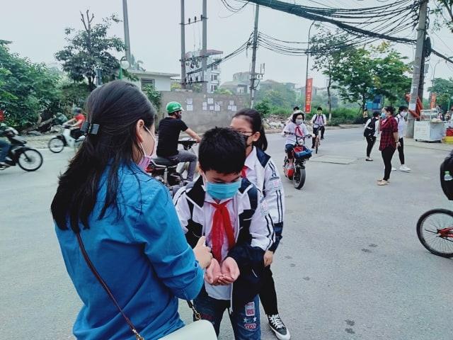 Học sinh, sinh viên nghiêm chỉnh đeo khẩu trang, được đo thân nhiệt, sát khuẩn