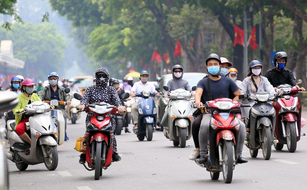 Mới đầu hè, người Hà Nội đã ăn mặc kín mít từ đầu đến chân như Ninja