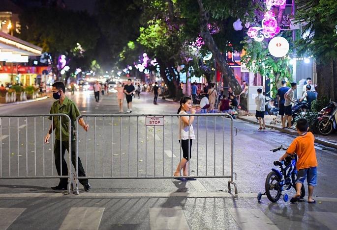 Phố đi bộ hồ Hoàn Kiếm nhộn nhịp trở lại sau thời gian giãn cách xã hội