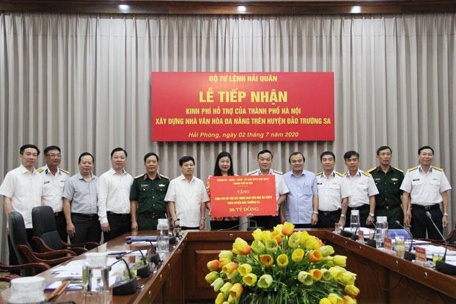 Thành phố Hà Nội trao 38 tỷ đồng hỗ trợ Bộ Tư lệnh Hải quân
