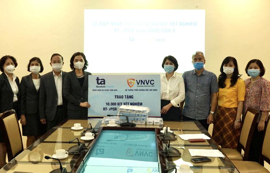 Tiếp nhận 10.000 kit xét nghiệm SARS-CoV-2 và 12.000 mặt nạ chống giọt bắn