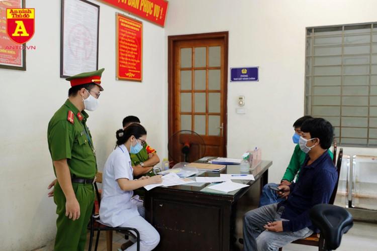 Công an Hà Nội tuần tra, lập biên bản xử phạt người không đeo khẩu trang