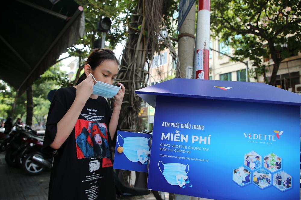 Cận cảnh ATM phát khẩu trang miễn phí cho người dân Hà Nội