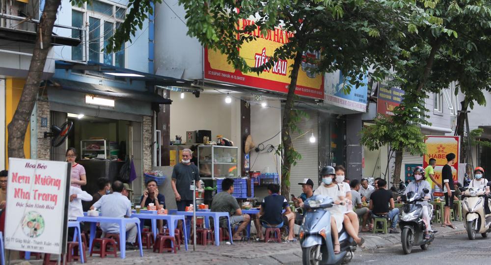 [Ảnh] Hà Nội: Vẫn còn nhiều quán nhậu và người dân bất chấp quy định giãn cách