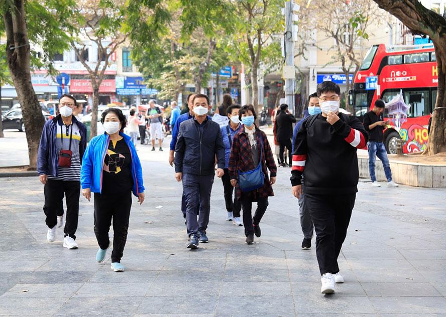 Du khách đeo khẩu trang tại nơi công cộng: Chủ động và hợp tác