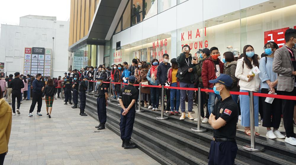 Xếp hàng dài chờ mua sắm trong ngày Uniqlo Hà Nội khai trương