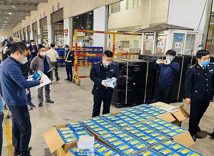 Thu giữ gần 800.000 khẩu trang y tế xuất lậu qua sân bay quốc tế Nội Bài