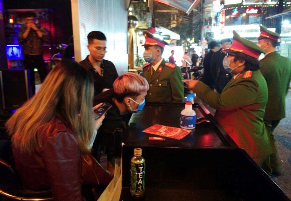 Phòng dịch Covid-19: Công an Hà Nội tổng kiểm tra quán bar, karaoke ở Hoàn Kiếm