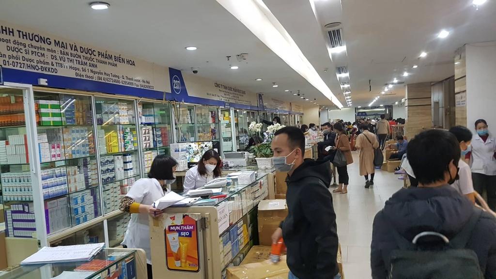 Cục QLTT Hà Nội vào cuộc vụ hàng loạt quầy thuốc không bán khẩu trang...