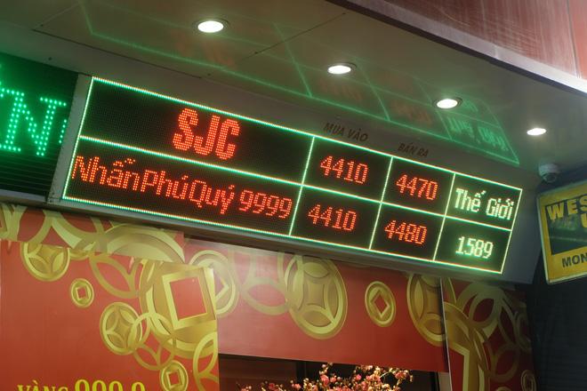 Giá vàng biến động liên tục, nhiều nơi chênh lệch cả triệu đồng